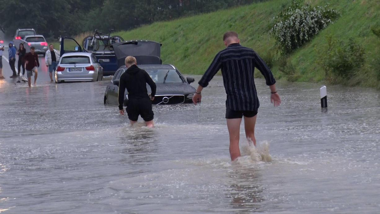 Das Wochenende wird in Süddeutschland nicht lustig. Es geht los mit Gewittern und Unwettern, am Samstag ein bisschen durchschnaufen, ehe am Sonntag ergiebiger Dauerregen kommt. Hier der gesamte Unwetter-Fahrplan.