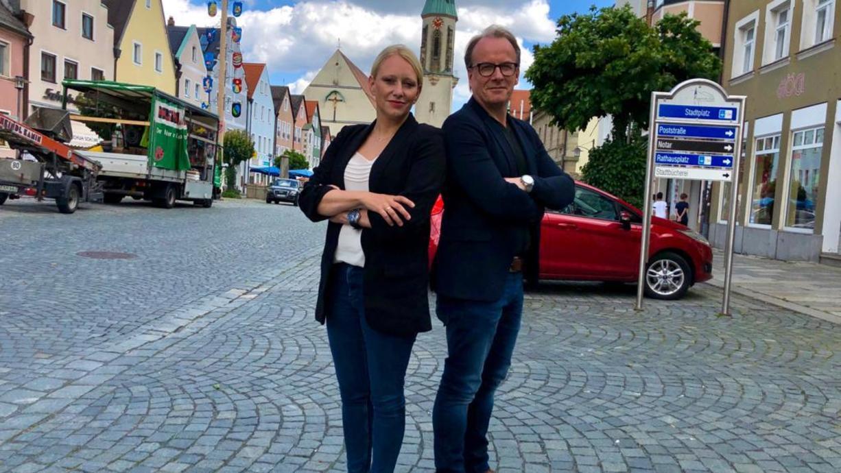 """""""1000 Meter Deutschland"""" und die Frage: Impfanreize oder doch Impfpflicht? Das diskutiert unser RTL-Reporter-Ehepaar Nadine und Martin to Roxel diesmal in Kemnath in der Oberpfalz."""