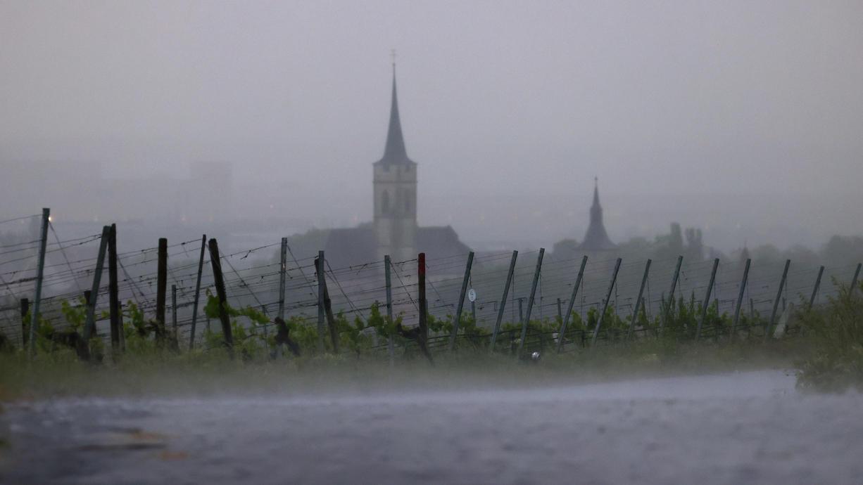 Schon Ende Juli hat es den Alpenraum heftig getroffen. Und schon wieder zieht ein Starkregengebiet durch. Bis zu 100 Liter Regen können fallen. Erdrutsche und Überflutungen sind nicht auszuschließen.