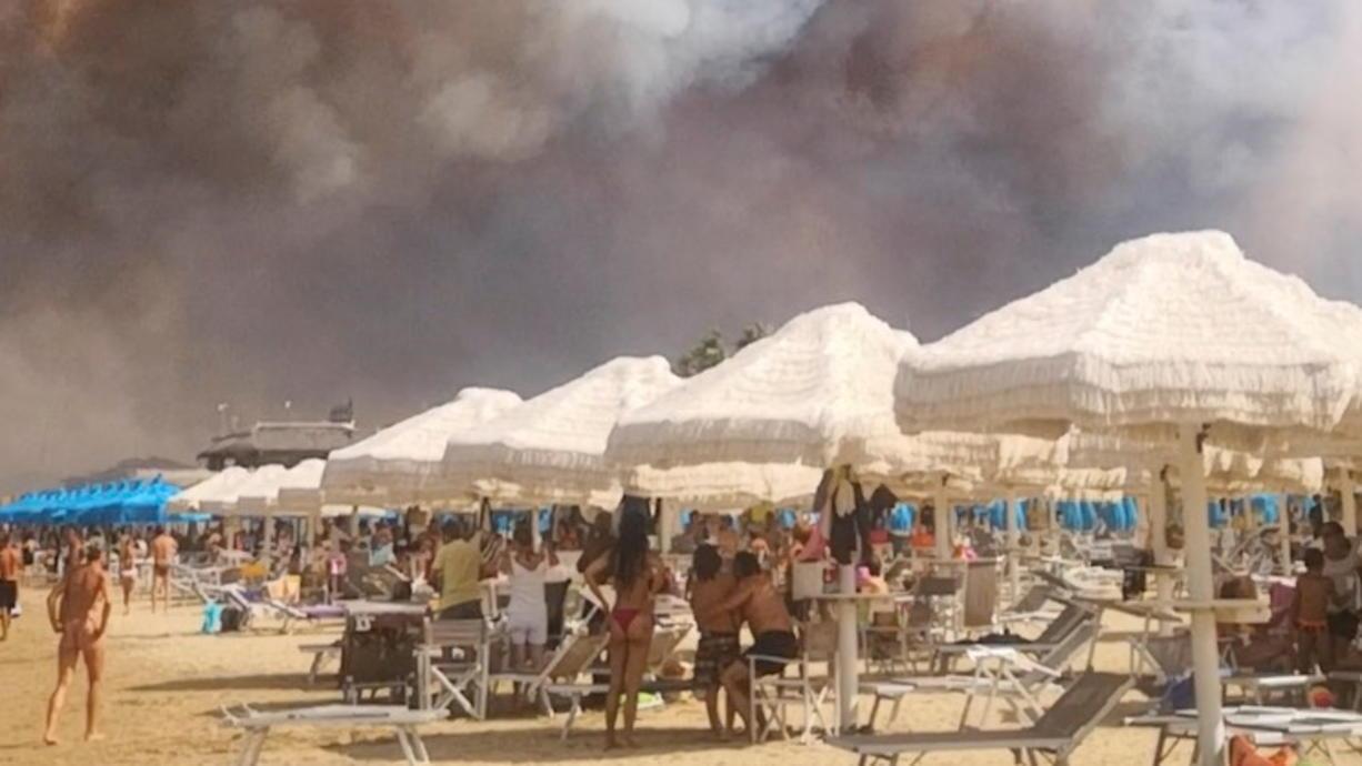 In Italien kämpft die Feuerwehr gegen hunderte Brände vor allem im Süden des Landes, auf Sizilien und nun auch an der Adria. In Pescara flüchteten am Sonntag Strand-Gäste in Panik vor den Flammen.