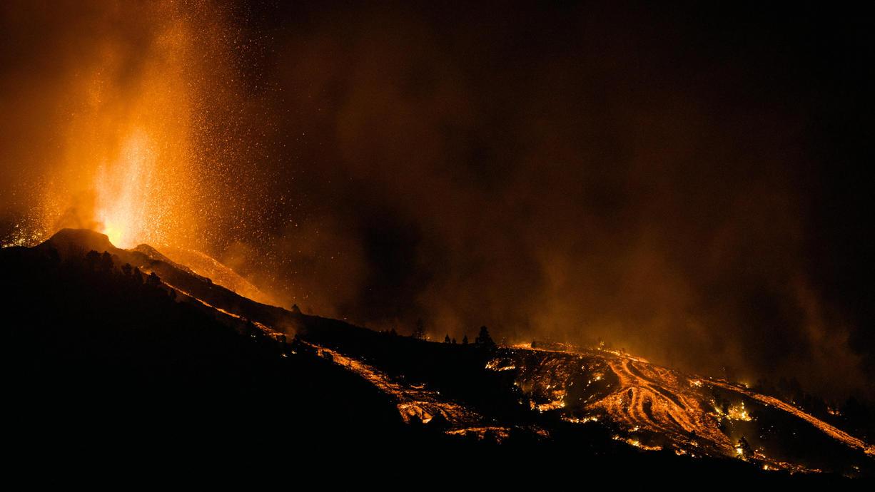 Nach den Schwarmbeben in den vergangenen Tagen waren die Menschen auf La Palma bereits auf einen Vulkanausbruch vorbereitet. Am Sonntagnachmittag brach dann ein Vulkan in der Region Cumbre Vieja aus und schoss Lavafontänen in die Luft.