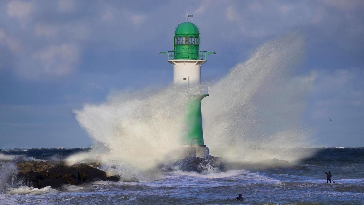 Jetzt kommt Würze in die Wetterküche. Das mächtige und großräumige Tief HENDRIK auf dem Atlantik verdrängt das ruhige Herbstwetter aus Deutschland, bringt Sturm und Orkanböen sowie mächtig Bewegung in die Temperaturen. Wie heftig wird's?