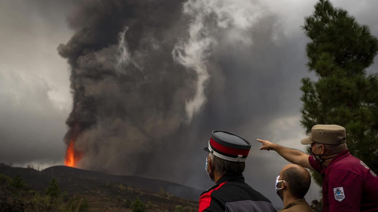Der Ausbruch vom Vulkan Cumbre Vieja auf La Palma hat bald auch Auswirkungen für Deutschland. Denn die ausgespuckten Asche- und Schwefelteilchen können mit den Luftströmungen am Wochenende bis zu uns transportiert werden.