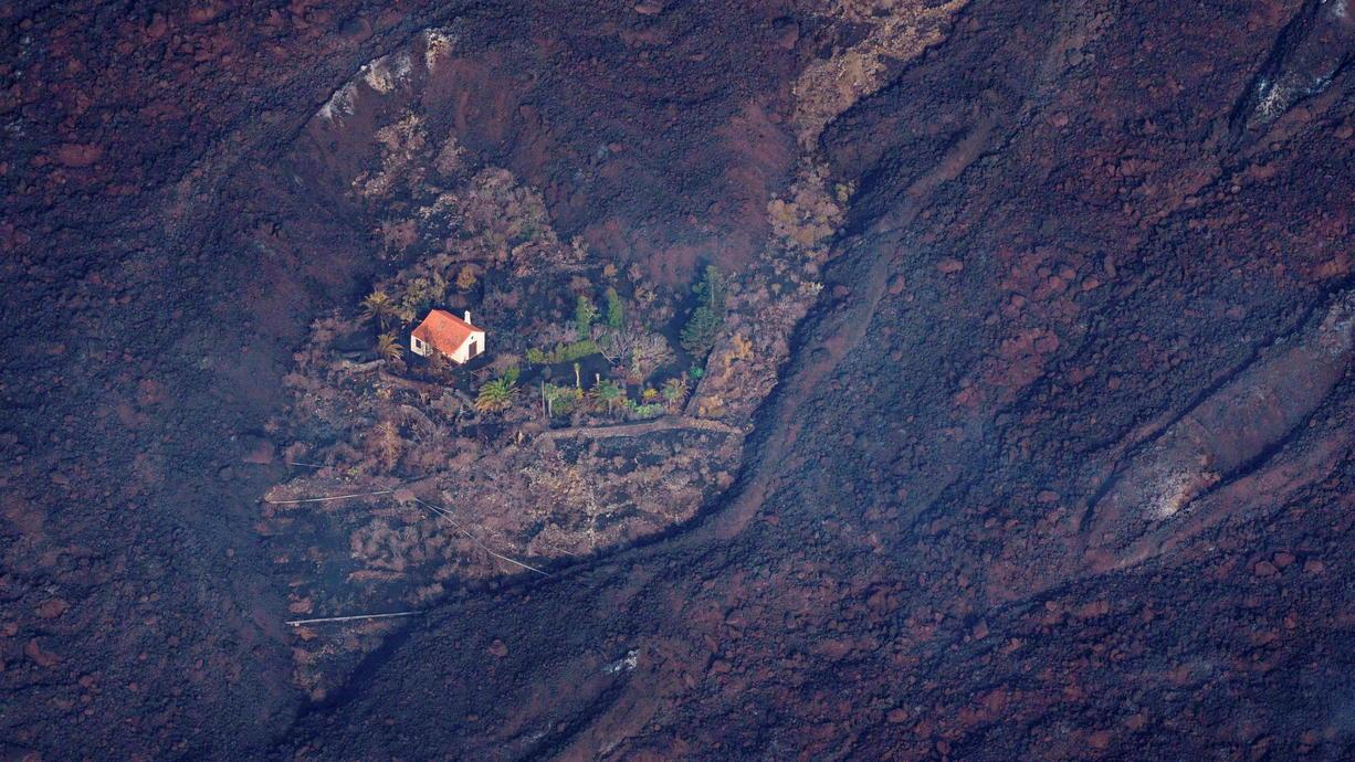 Rund 400 Häuser hat der Vulkanausbruch auf der kanarischen Insel La Palma zerstört, 220 Hektar Land sind von Lava bedeckt, viele Menschen haben alles verloren – doch ein Häuschen trotzt dem zerstörerischen Lavastrom, wie Aufnahmen aus der...