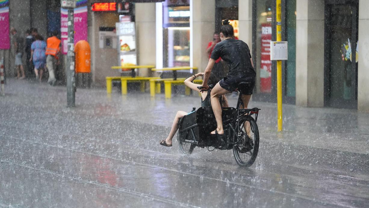 Am Mittwoch wird es nass - vor allem im Osten und an den Alpen kommt ordentlich was runter. Bisher war der September ja viel zu trocken. Jetzt gibt es aber Regen für alle. Vor allem von den Alpen bis nach Berlin kann es auch Gewitter geben.