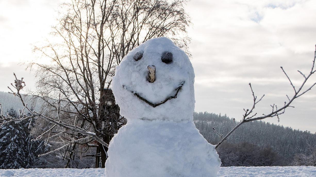 Bereits im Herbst sind in Deutschland die ersten Schneeflocken üblicherweise drin. Zum Teil kann es sogar mal runter bis ins Flachland schneien. Doch ab wann können wir eigentlich normalerweise mit der ersten geschlossenen Schneedecke rechen?