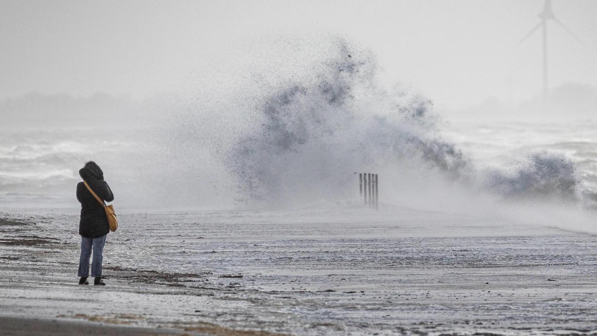 Vollmond und Sturm: Für die deutsche Nordseeküste bedeutet das Sturmflut-Gefahr. Für St. Pauli in Hamburg steigen gleich drei Fluten hintereinander deutlich höher als gewöhnlich und kommen laut Prognose in die Nähe des Sturmflut-Niveaus.
