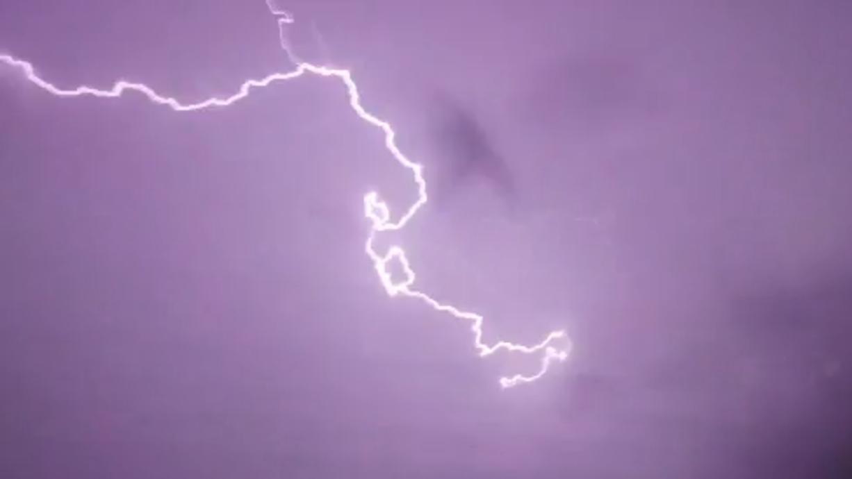 Deutschland befindet sich mitten in einem handfesten Herbststurm – mit Sturmböen im Flachland und Orkanböen auf den Bergen. Schon am Mittwoch gab es Böen bis 130 km/h. In Delmenhorst wurde ein Mann verletzt und musste ins Krankenhaus.
