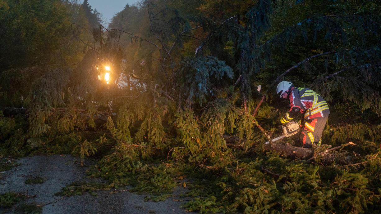 In der zweiten Nachthälfte hat der Sturm aufgedreht. Böen mit mehr als 160 km/h wurden gemessen. Bei der Bahn gibt es Verspätungen, wegen gesperrter Streckenabschnitte.