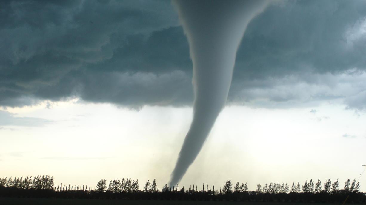 Gleich drei Tornados haben sich mit Sturmtiefs Ignatz und Hendrik in England, Holland und Deutschland gebildet. Nördlich von Emmerich an der Grenze zu den Niederlanden nahmen Amateurfilmer die beeindruckenden Bilder der Windhose auf.