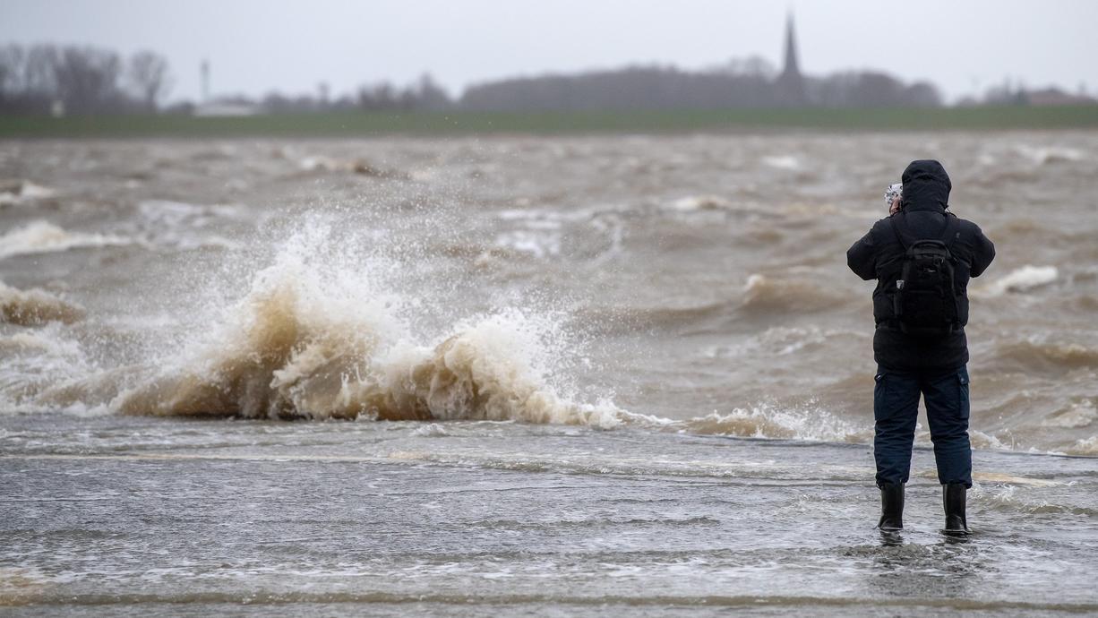 Vollmond und Sturm: Für die deutsche Nordseeküste und das Elbegebiet bedeutet das Sturmflut-Gefahr. Für St. Pauli in Hamburg steigen gleich drei Fluten hintereinander deutlich höher als gewöhnlich .