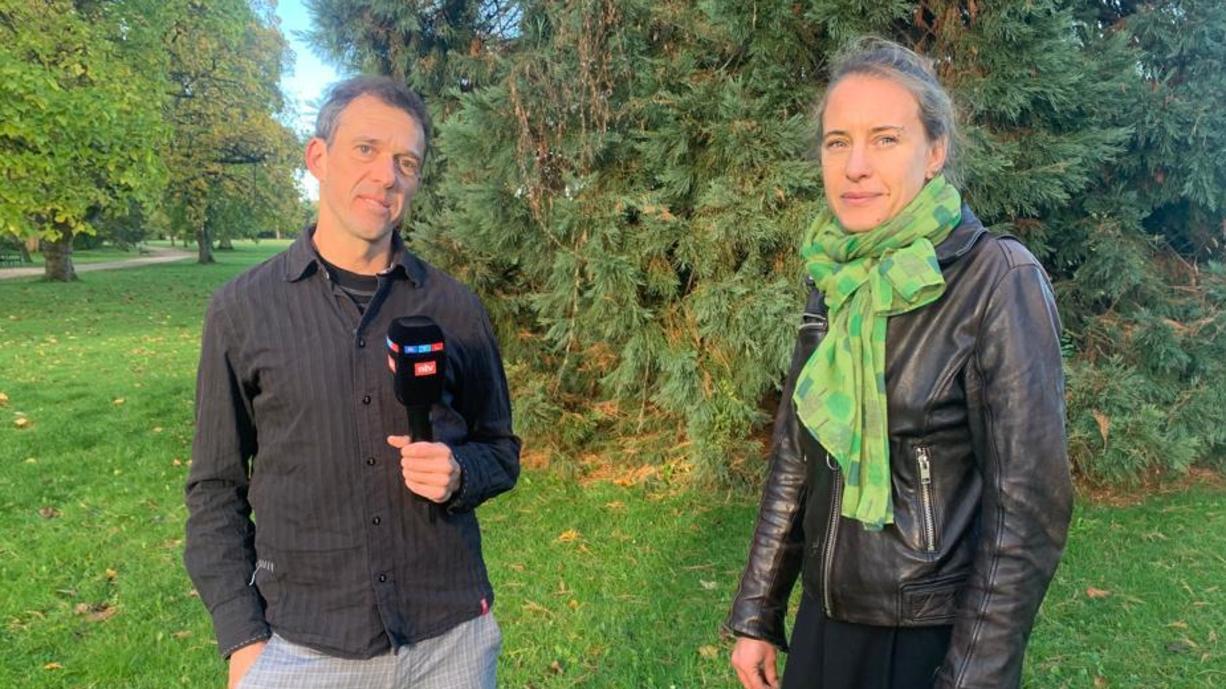 """Auf seinem Weg mit dem Rad zur Klimakonferenz nach Glasgow hat Oliver Scheel Dr. Friederike Otto getroffen - Autorin von """"Wütendes Wetter"""" und eine der meistzitierten Klimatologinnen der Welt."""