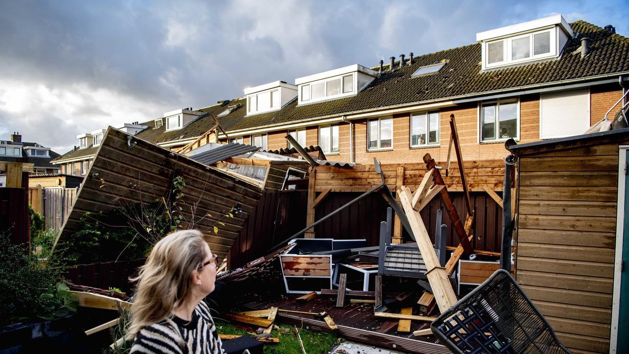 Wenn heftige Sturmböen Dächer abdecken und umfallende Bäume Autos unter sich begraben, dann ist der Schaden hoch. Wer bei Unwetterschäden zahlt und was Betroffene beachten sollten.