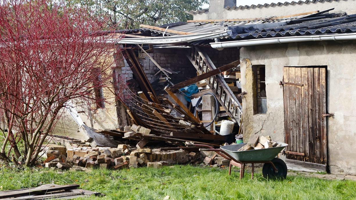 Ein Wirbelsturm hat am Donnerstagmorgen schwere Schäden in Schwentinental bei Kiel angerichtet. Erst kürzlich war in der Kieler Förde ein Tornado gemeldet worden.
