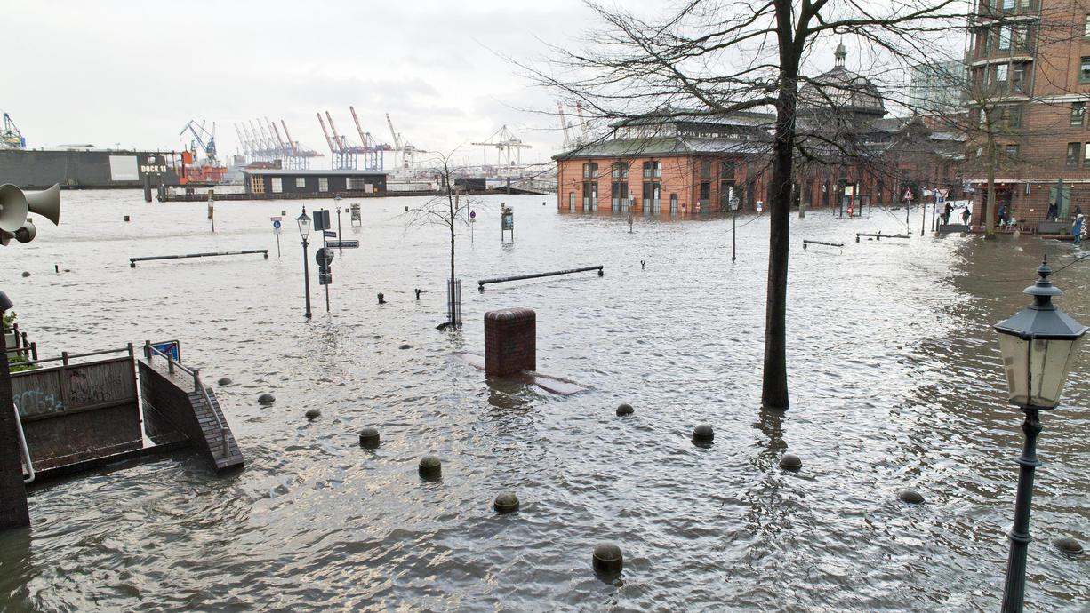 Vollmond und Sturm: Für die deutsche Nordseeküste und das Elbegebiet bedeutet das Sturmflut-Gefahr. Nun hat die Hamburger Polizei erneut vor einer Sturmflut am frühen Freitagabend gewarnt.