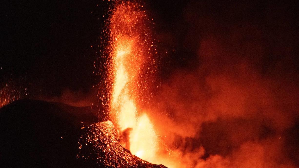 Seit dem 19. September 2021 brodelt der Vulkan Cumbre Vieja auf La Palma. Das sind inzwischen fünf Wochen. Und ein Ende scheint nicht in Sicht. Ganz im Gegenteil, denn der Vulkan legte zuletzt an Aktivität zu. Oben im Video: So heftig wie...