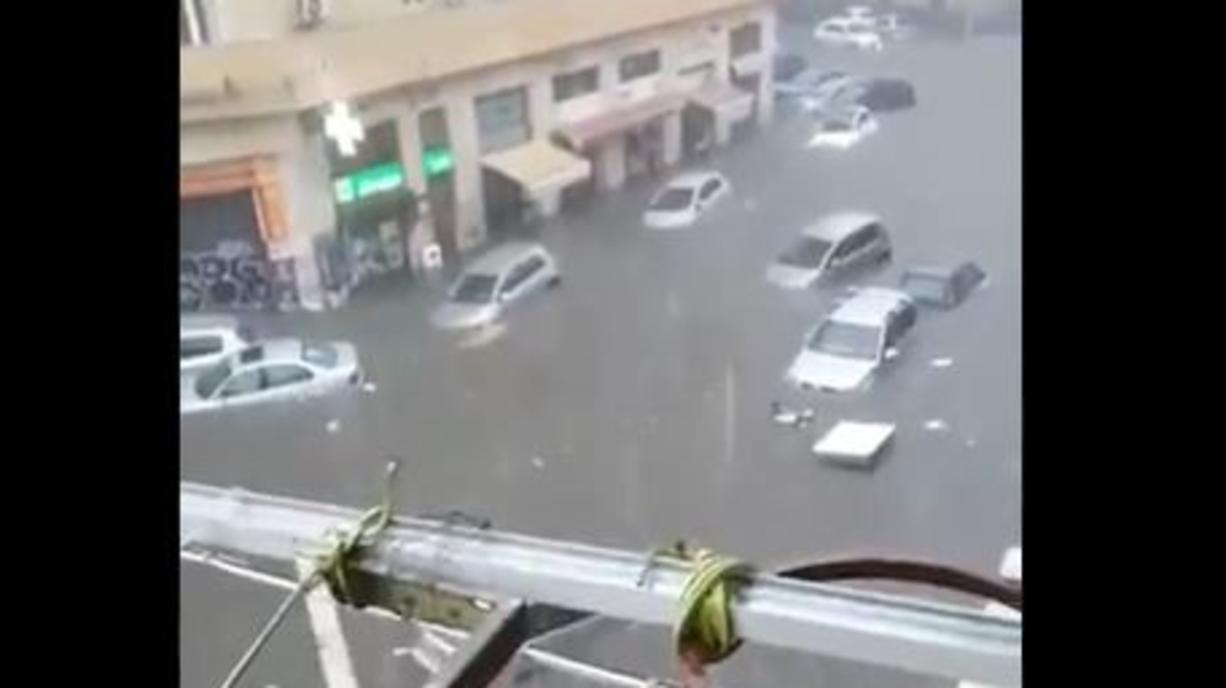 Der Süden Italiens und Sizilien saufen gerade regelrecht ab. Ein Tief über dem Mittelmeer schüttet extreme Wassermassen vom Himmel. Bisher sind schon bis zu 200 Liter Regen in zwei Tagen gefallen. Catania hat es jetzt besonders hart getroffen.