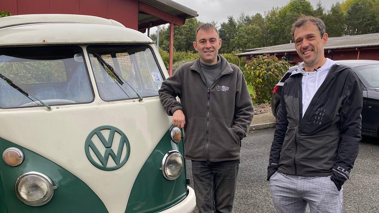 Oldtimer sind ja schön und gut. Aber dieser bleihaltige Benzingestank! In Wales hat sich ein findiger Schrauber darauf spezialisiert, aus Oldtimern E-Autos zu machen. Alte Schätzchen baut Richard zu leisen emissionsfreien Rennern um. Ein Besuch.