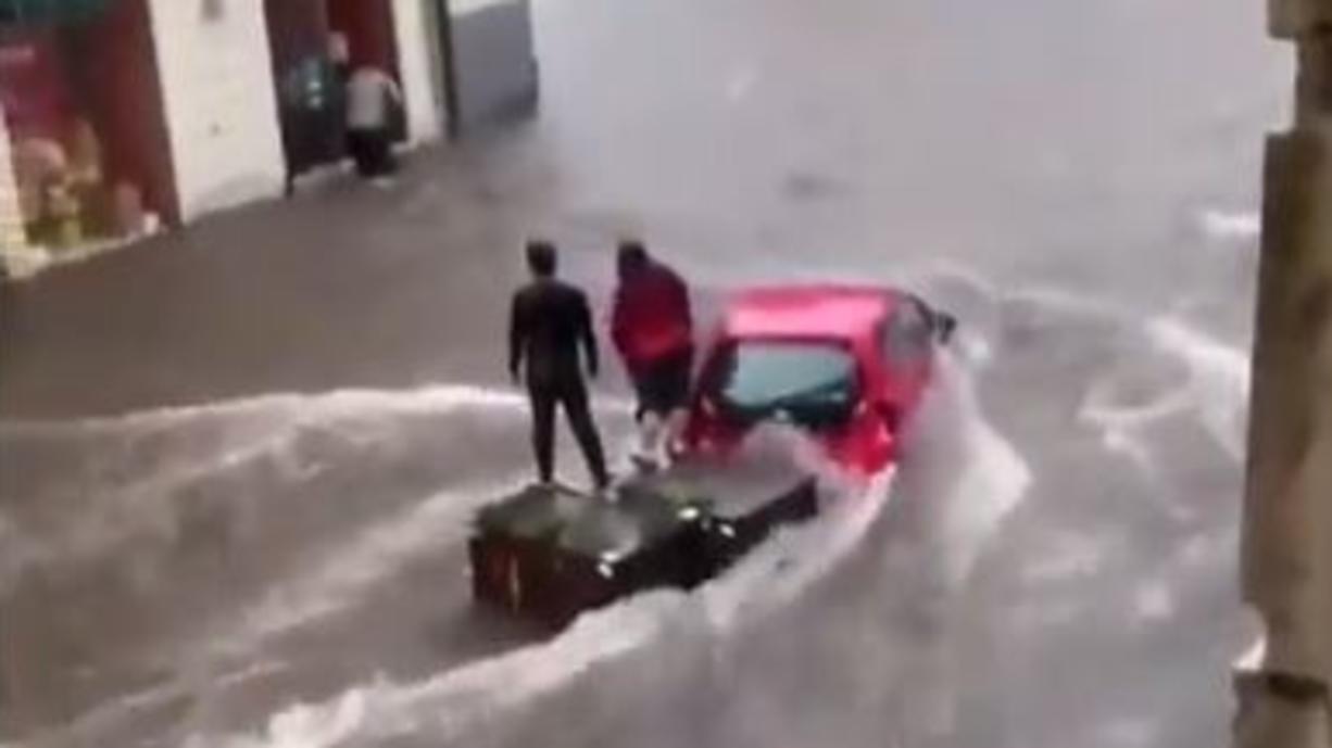 Der Süden Italiens und Sizilien saufen gerade regelrecht ab. Ein Tief über dem Mittelmeer kommt nicht von der Stelle und schüttet extreme Wassermassen vom Himmel. Bisher sind schon bis zu 200 Liter Regen in zwei Tagen gefallen.