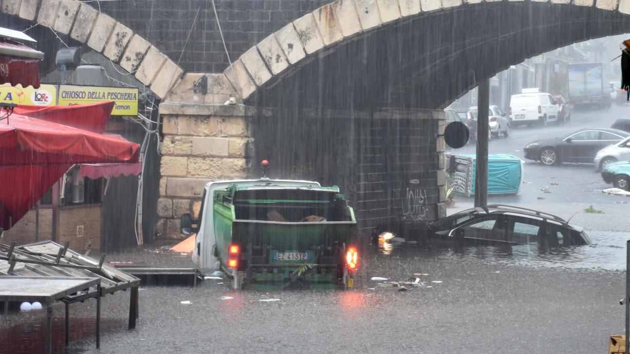 Der Süden Italiens und Sizilien saufen gerade regelrecht ab. Ein Tief über dem Mittelmeer schüttet extreme Wassermassen vom Himmel. Catania hat es jetzt besonders hart getroffen. Binnen drei Tagen sind mehrere Hundert Liter Regen gefallen.