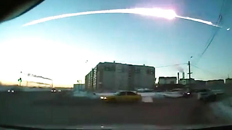 1377168 Russia, Chelyabinsk. 02/15/2013 The trace of a flying object in the sky over Chelyabinsk (still from a dashboard camera). -/RIA Novosti (Best quality available) +++(c) dpa - Bildfunk+++