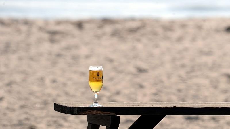 wegen guten wetters deutsche trinken ein glas bier mehr. Black Bedroom Furniture Sets. Home Design Ideas