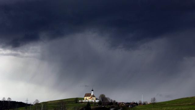 Die vergangenen Jahre hatten vor allem im Frühjahr und im Sommer viel wenig Regen im Programm. Im April 2021 könnte das anders werden. Denn die Wettercomputer deuten für die nächste Woche eine sogenannte Luftmassengrenze an.