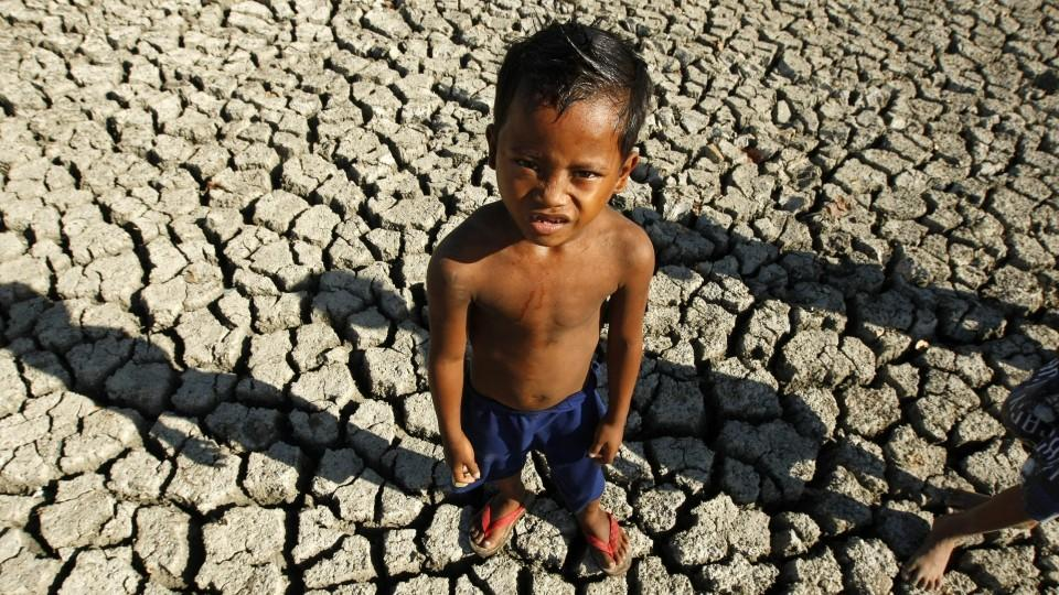 "FILE - A Filipino boy plays in a dried fish pond bed at the outskirt of Paranaque City, south of Manila, Philippines, 06 March 2010. EPA/FRANCIS R. MALASIG  (zu dpa ""Große Mehrheit der Weltbevölkerung will Klimaabkommen"" vom 05.11.2015) +++(c) dpa -"