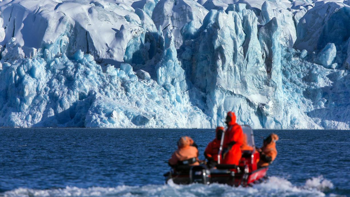 """Der grönländische Eisschild ist einer der Kipp-Punkte unseres Klimas. In unserem """"Klima Update"""" zeigen wir, wie viel Eis schmilzt und welche Folgen das hat. Außerdem beleuchten wir den sogenannten Albedo-Effekt."""