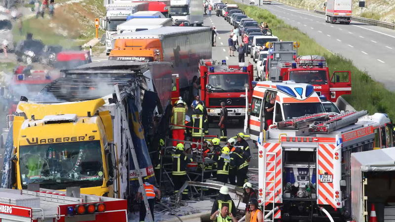 Verletzte Und Ein Toter Schwerer Unfall Mit Lkw Auf Der A9 In